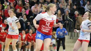 Alexandra Ahlroth jublar.