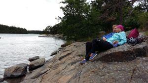 Olavi Korppi och Anna-Riina Rannisto cyklar runt Skärgårdens ringväg.
