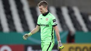 Lukas Hradecky vandrar och tittar nedåt.