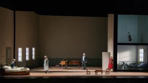 Anne Sofie von Otter, Erika Sunnegårdh, Nicholas Söderlund, Helena Juntunen, Tommi Hakala  på operasenen.