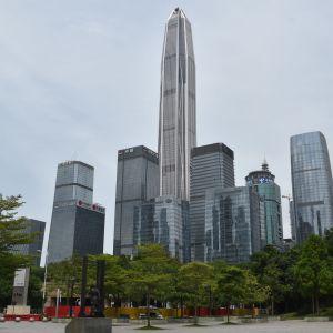 Den högsta skyskrapan i den sydliga metropolen Shenzhen har i praktiken varit stängd på grund av viruskrisen. Vanligen arbetar mer än 10 000 människor i den 600 meter höga byggnaden.