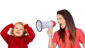 en mamma skriker på sitt barn med hjälp av en megafon