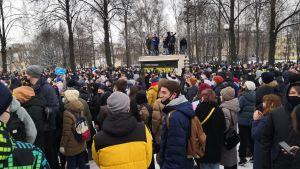 Polisen försökte förhindra alla demonstrationer även i Sankt Petersburg, men misslyckades.