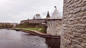 Vy över Kreml i staden Pskov.