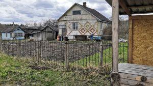 Ett hus med ett trädgårdsland