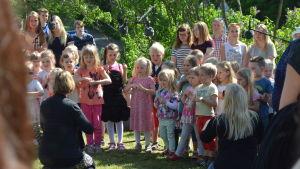 barnen sjunger