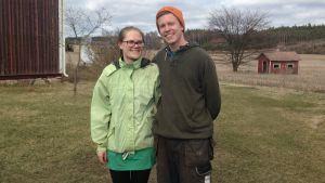 Runa-Linn Silander och John Silander på gården som de ska ta över i Bromarv.