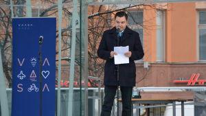 Riksdagsledamot, Vasa stadsfullmäktiges ordförande Joakim Strand (SFP) höll festtal på stadens dillmakaronifest. Här står han uppe på torgscenen och talar.