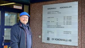 Rasmus Svanh utanför idrottshallen i Kokon.