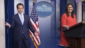 Sarah Sanders i Vita husets talarstol med Anthony Scaramucci