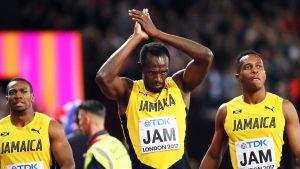 Usain Bolt tackar publiken.