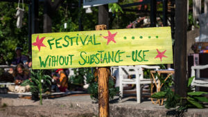 Kyltti jossa teksti Festival without substance use