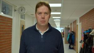 Joakim Hansén är rektor i Kyrkbackens skola i Karleby.
