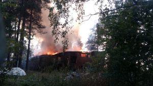 Ett gammalt radhus brinner.
