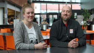 Pia Öhman och Karl Ögland sitter tillsammans vid ett bord.