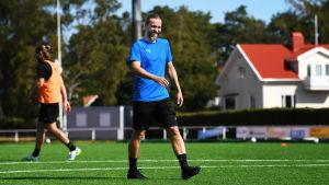 IFK Mariehamns tränare Lukas Syberyjski ler på träningen.