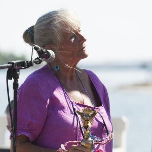 Antonia Ringbom med årets version av Antoniapris-statyetten. Premiärlejonet.