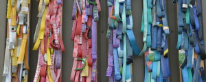 många smala remsor i olika färger och mönster. Orange, blommiga, blåa, textade, röda och turkosa remsor av gummi.