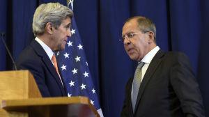 Utrikesministrarna John Kerry (t.v.) och Sergej Lavrov (t.h.) enas om fredsavtal för Syrien efter förhandlingar i Genève.