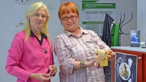 Överskötare Nina Ahlblad-Mäkinen och hälsovårdare Lilja-Marita Kiviaho på tobakskliniken i Helsingfors.