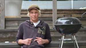 Kalle Karumaa sitter på en terrasstrappa.