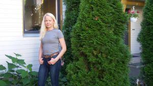 Minna Kuivalainen utanför sitt hus i Kyrkslätt.