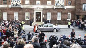 En utropare utanför förlossningssjukhuset kungör att hertiginnan av Cambrdige fött en dotter.