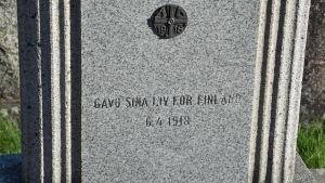 Minnesmärke i form av en gravsten på en begravningsplats.
