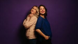 Hannah Norrena och Eva Frantz står rygg mot rygg.