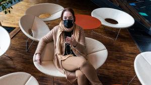 Sari Gustafsson sitter i en aula.