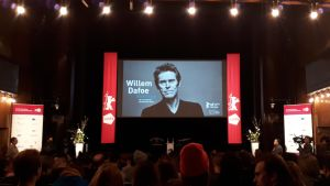 Publiken väntar på Willem Dafoe under Berlinale Talents.