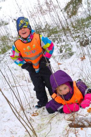 Två barn från Touhula daghem leker i snön.