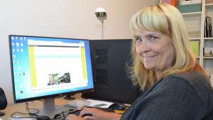 Carita Liljendahl vid sin dator