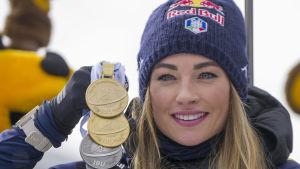 Dorothea Wierer poserar med sina VM-medaljer.
