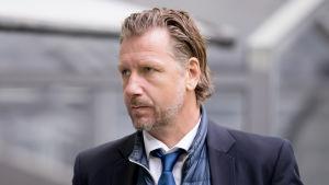 Jesper Jansson ser allvarlig ut.