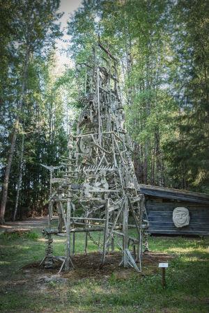 Metallista tehty veistos metsässä