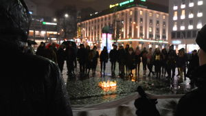 Två personer håller i en banderoll under me too- demonstration i Åbo.