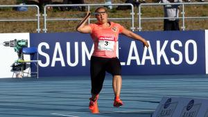 Heidi Nokelainen springer med spjutet i luften.