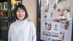 Natalie Ringler utanför Svenska Teatern.