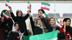 Kvinnor ser på fotboll i Iran.