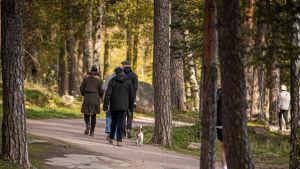 Människor på promenad i Gäddvik i Esbo.