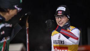 Jarl Magnus Riiber firar seger.