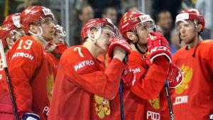 Besvikna ryska spelare efter förlusten mot Kanada.