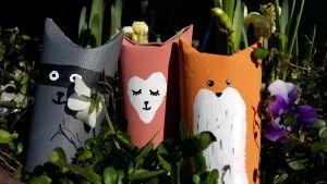 Leksaksdjur av tomma pappersrullar. En räv, en katt och en tvättbjörn.