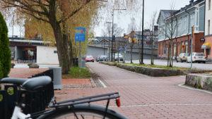 En cykelväg vid åstranden i Borgå som plötsligt förbyts i en parkeringsplats.
