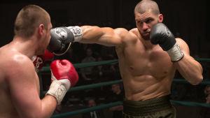 Viktor Drago knockar en motståndare i ringen.