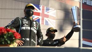 Valtteri Bottas och Lewis Hamilton på pallen.