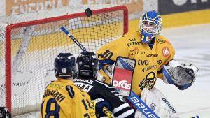 Lassi Lehtinen har koll på pucken i den tredje finalen mot TPS.