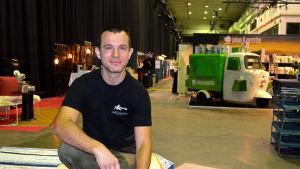 Svante Hampf sitter på bänk i Kabelfabrikens mässområde.