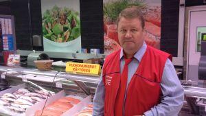 Handelsman Reijo Tervo vid fiskdisken i K-Citymarket i Villmanstrand.